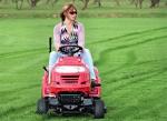 Мини-трактор для женщины, увлеченной садом